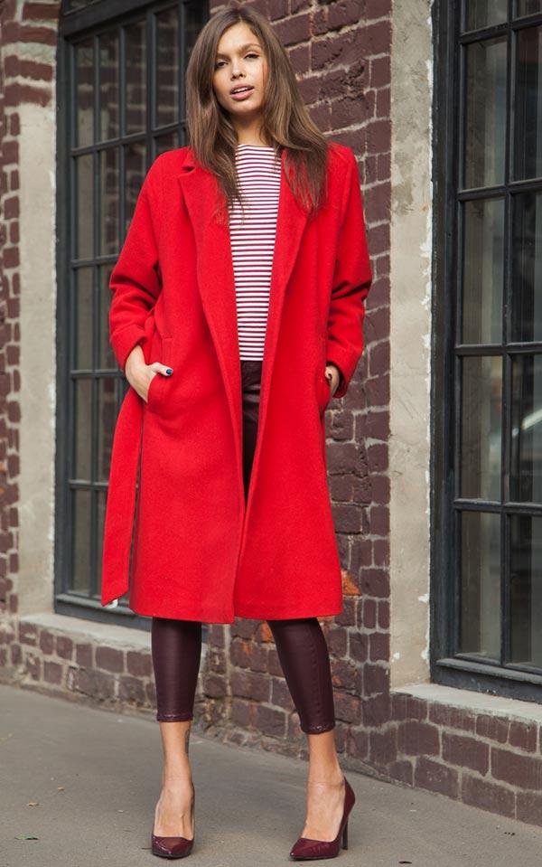 лук с бордовыми кожаными брюками, туфлями и полосатым джемпером