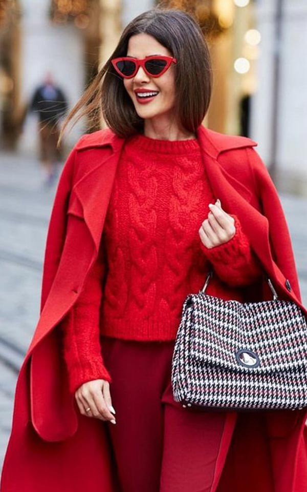 с алым свитером и бордовыми брюками