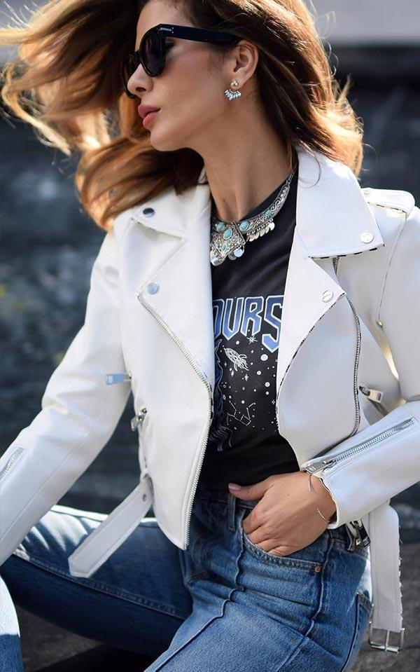 аутфит с джинсами, курткой и черной футболкой