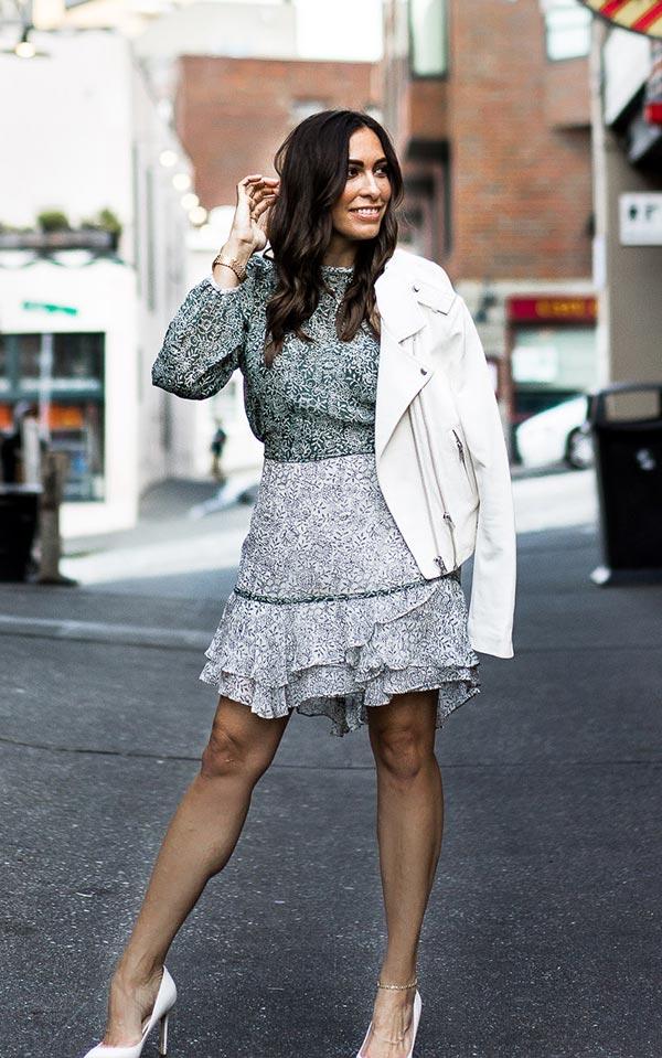 романтичный лук с серым платьем, туфлями и светлой кожаной курткой