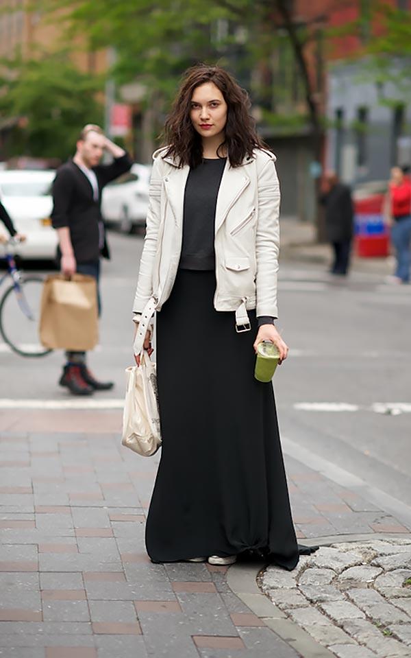 повседневный комплект с длинной черной юбкой, джемпером и белой кожаной курткой