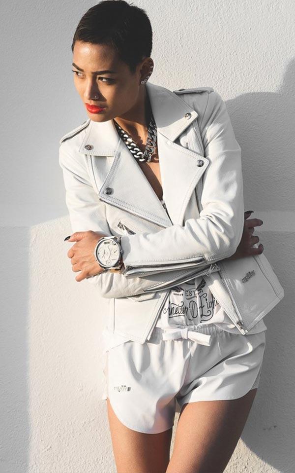 образ с шортами и белоснежной куртки из кожи