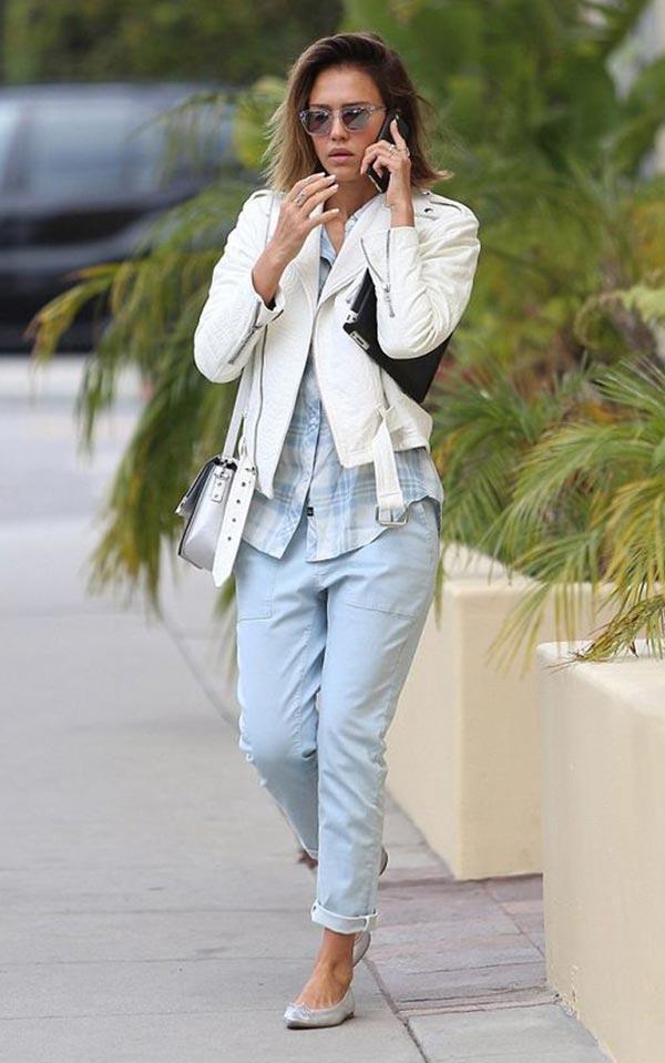 джинсы-бойфренды с клетчатой рубашкой, белой кожаной курткой