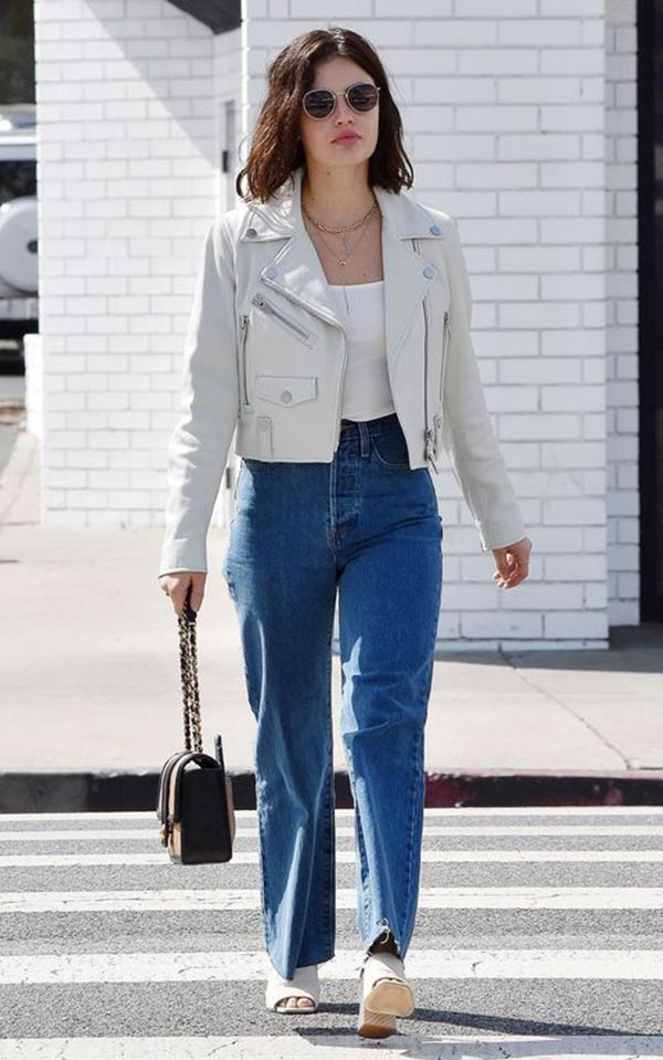 синие высокие джинсы, топ, светлая кожаная куртка