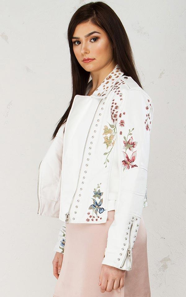 белоснежная кожаная курточка с вышивкой