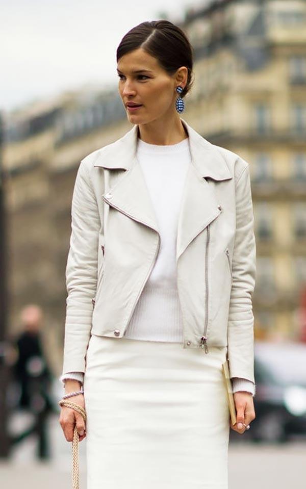 однотонный лук с белой кожаной курткой