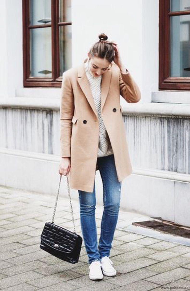 пальто кемел с джинсами скинни, белыми кедами и сумкой