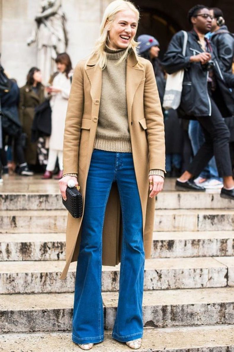 образ с синими джинсами и бежевым свитером