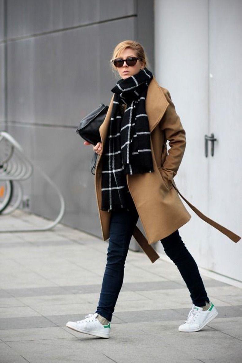 лук с клетчатым шарфом, пальто в оттенке кэмел и кедами