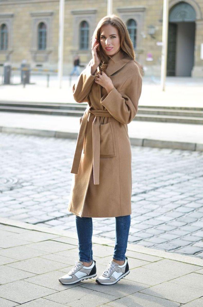 длинное пальто верблюжьего оттенка с джинсами и кроссовками