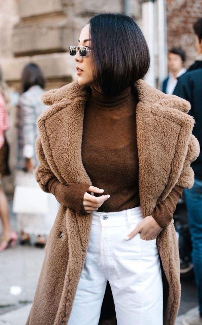 с коричневым свитером