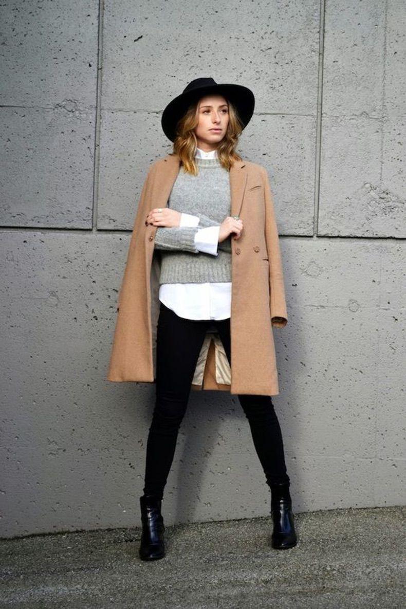 лук со шляпой, серым джемпером, белой блузкой и черными джинсами