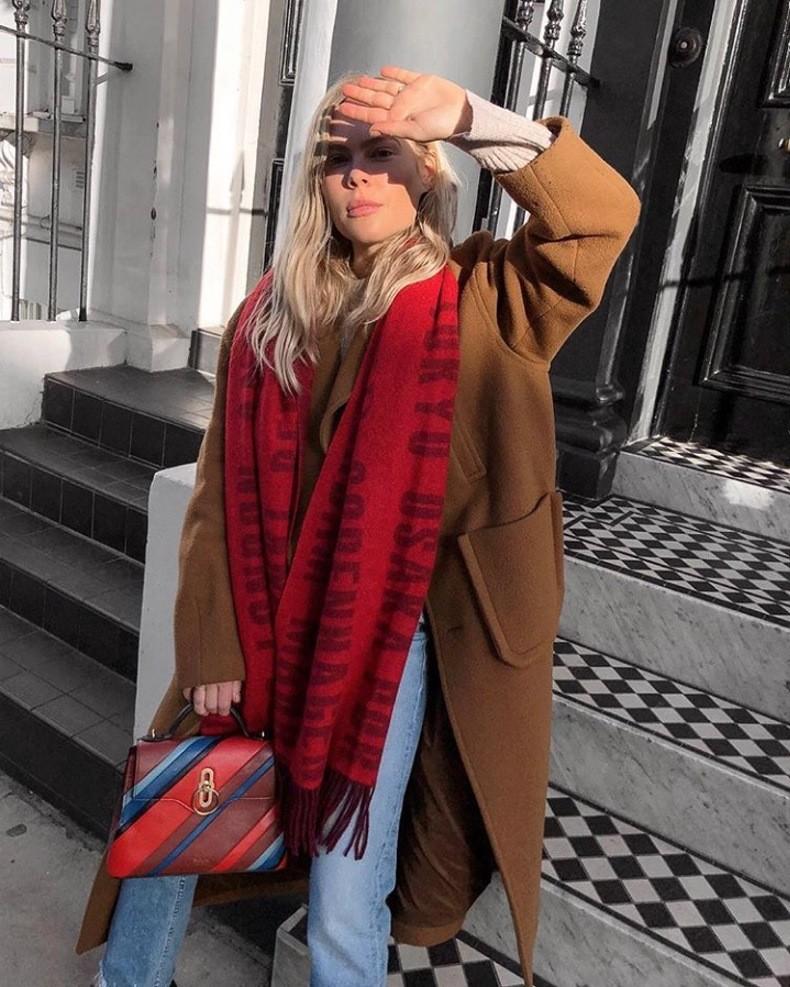 аутфит с насыщенным красным шарфом