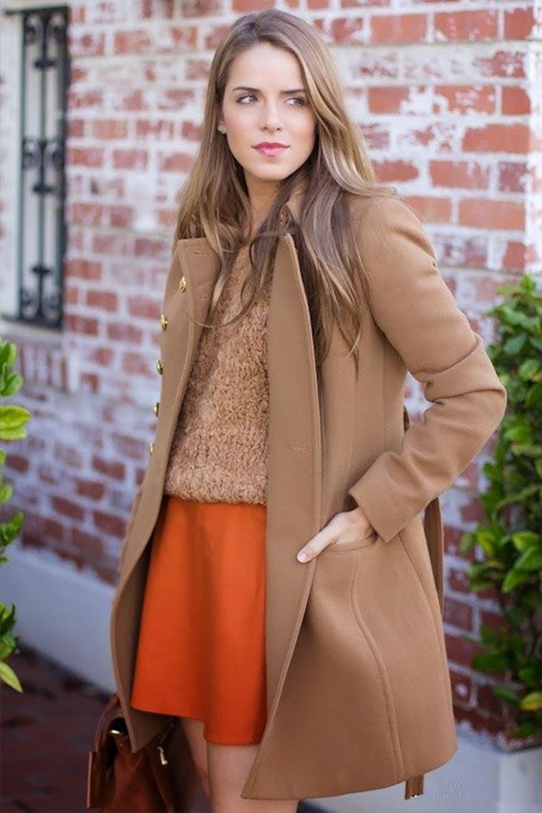 верблюжье пальто, коричневый свитер и оранжевая юбка
