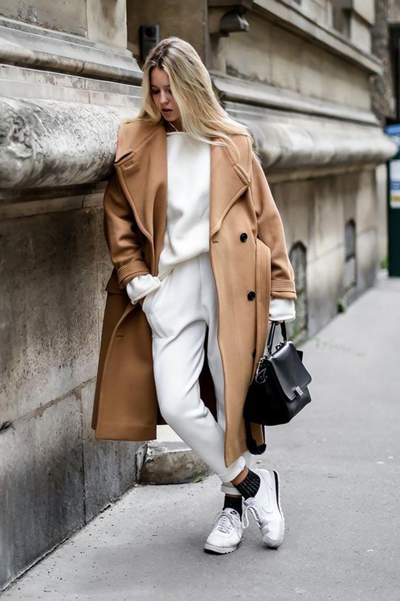 пальто оверсайз, брюки с отворотами, свитером, кедами