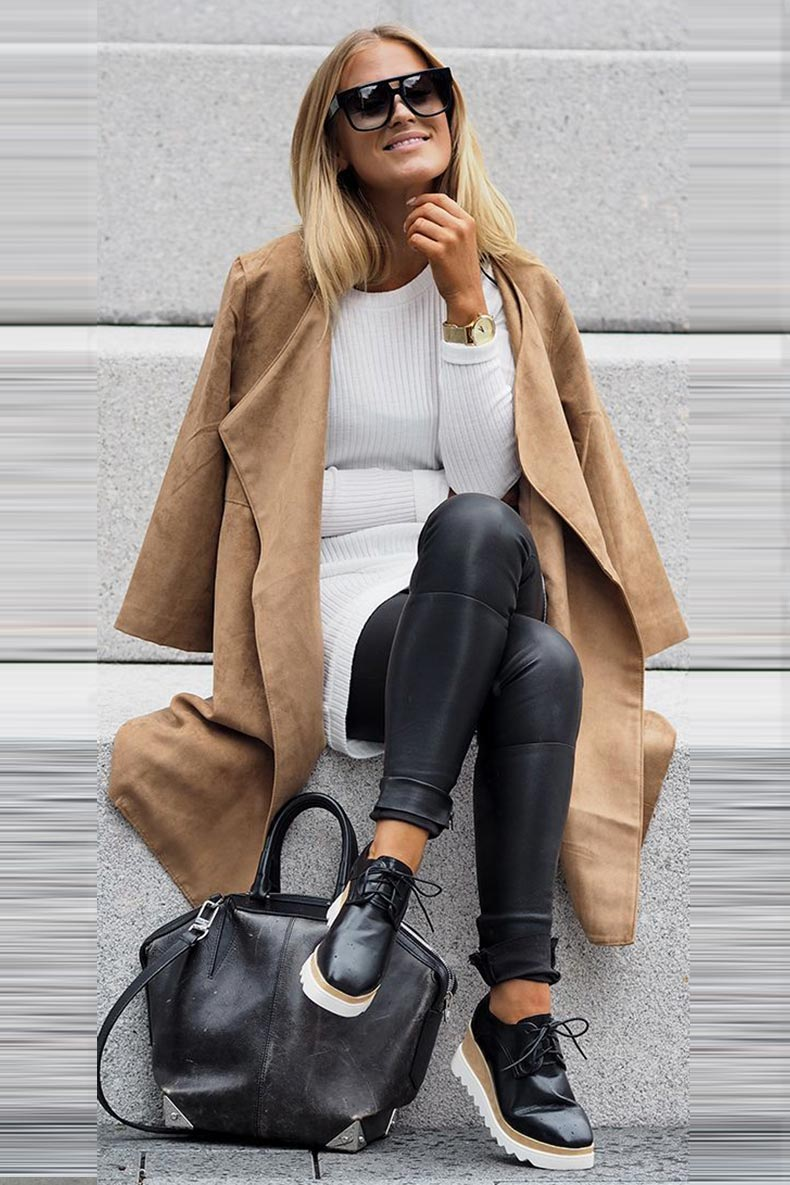кожаные брюки со свитером, ботинками и коричневым пальто