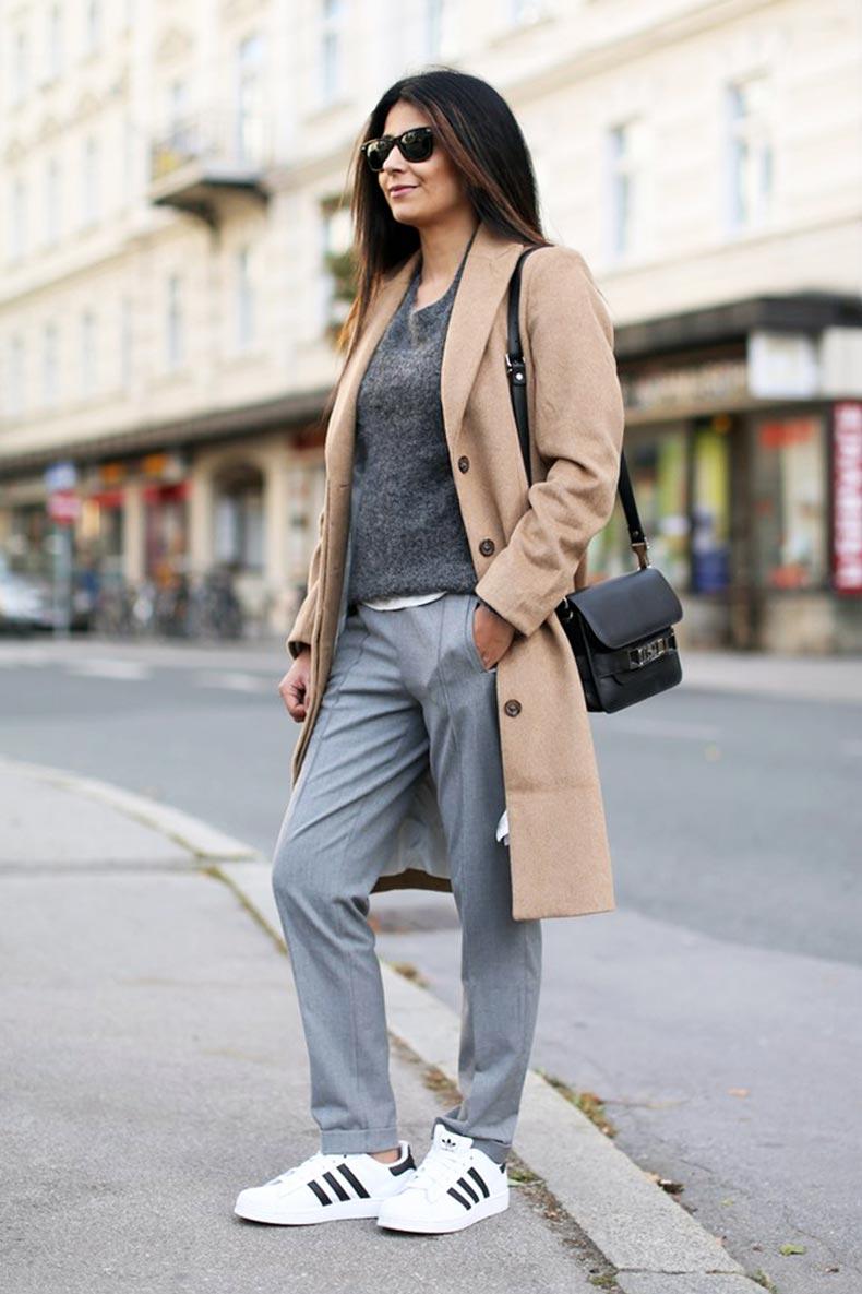 бежевое пальто с серыми брюками, джемпером и белыми кедами