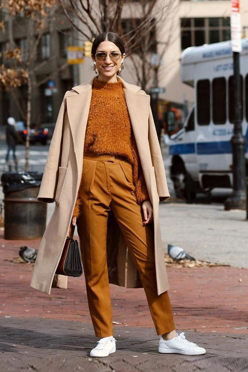 коричнево-желтые брюки, свитер, пальто кэмел и белые кеды.
