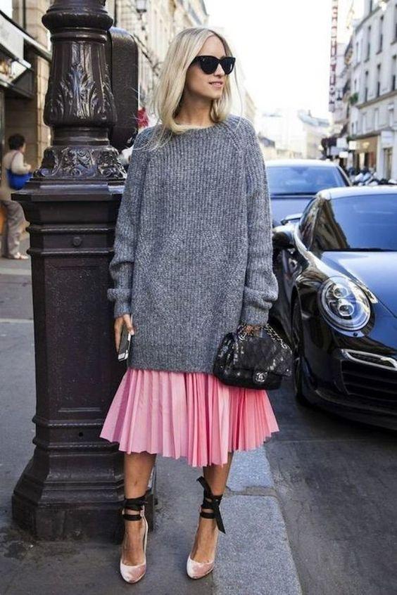 розовая юбка-миди со складками, большой серый свитер, розовые бархатные туфли со шнуровкой