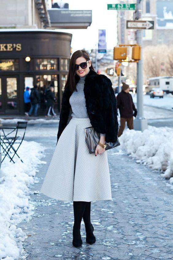 серая юбка миди А-силуэта, серая водолазка, черные колготки, черные туфли, шуба из искусственного меха