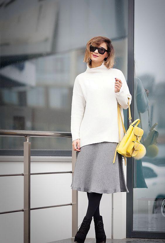 серая юбка-миди, белый свитер с водолазкой, черные колготки, черные пинетки и желтый рюкзак