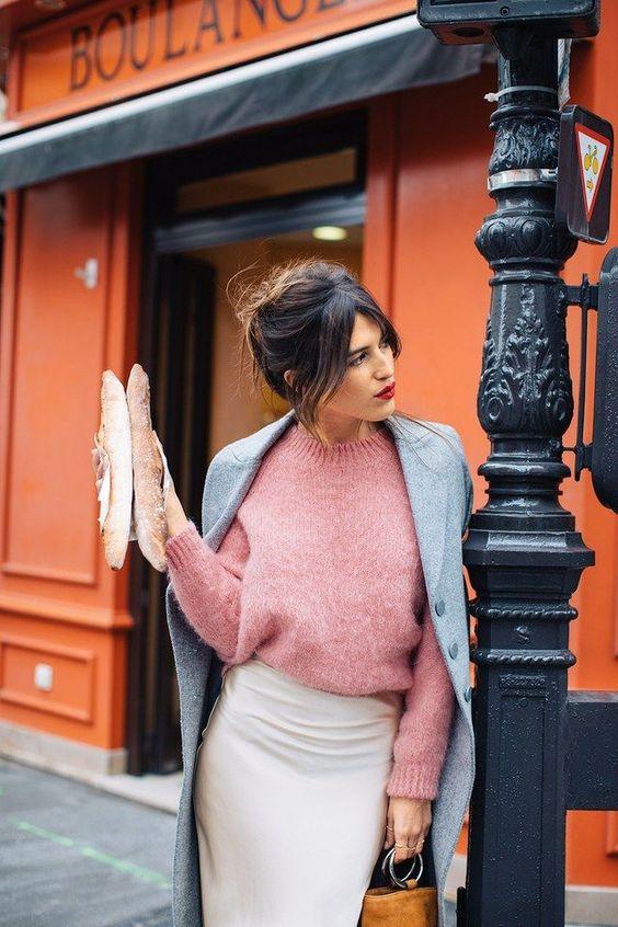 кремовая юбка-миди, розовый свитер, серая куртка