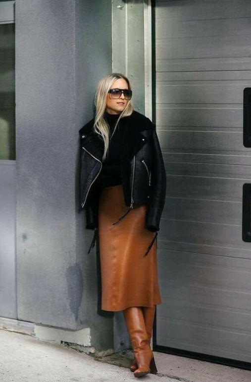 черная водолазка, ржавая кожаная юбка-миди, подходящие ботинки, черное пальто с короткими рукавами для острых ноток