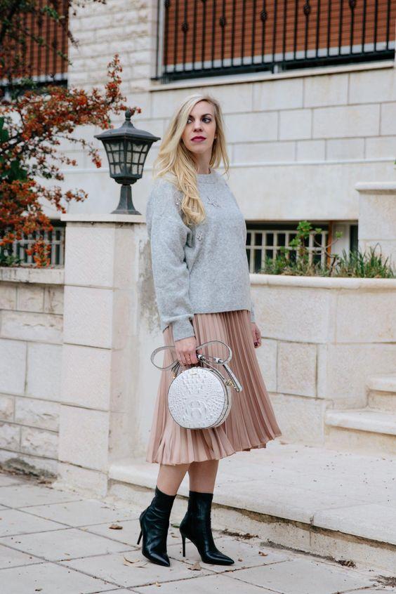 пышная юбка со складками, серый свитер, черные носки и серая металлическая сумка с блестящей отделкой