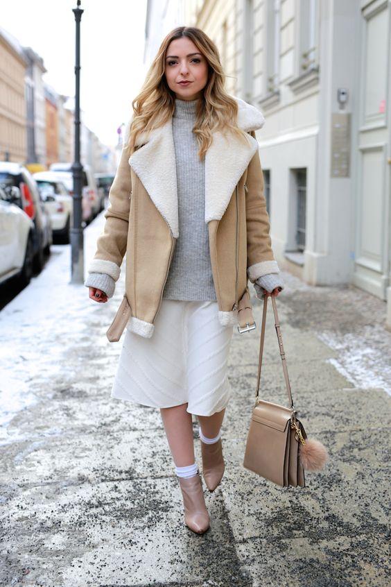 серая водолазка, кремовая юбка с рисунком, нейтральная короткая шерсть, нейтральные ботинки и подходящая сумка