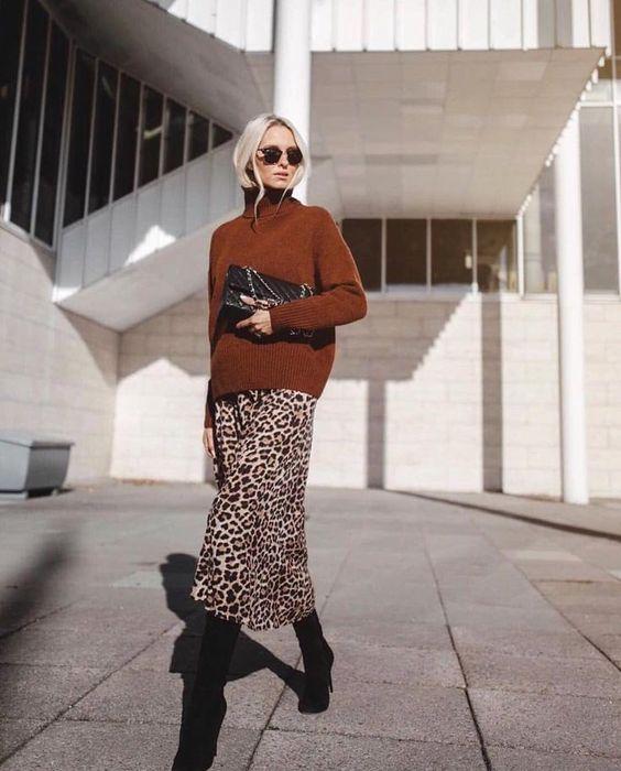 юбка-миди с леопардовым принтом, ржавый свитер с водолазкой, черные ботинки и черный клатч для наслаждения цветами