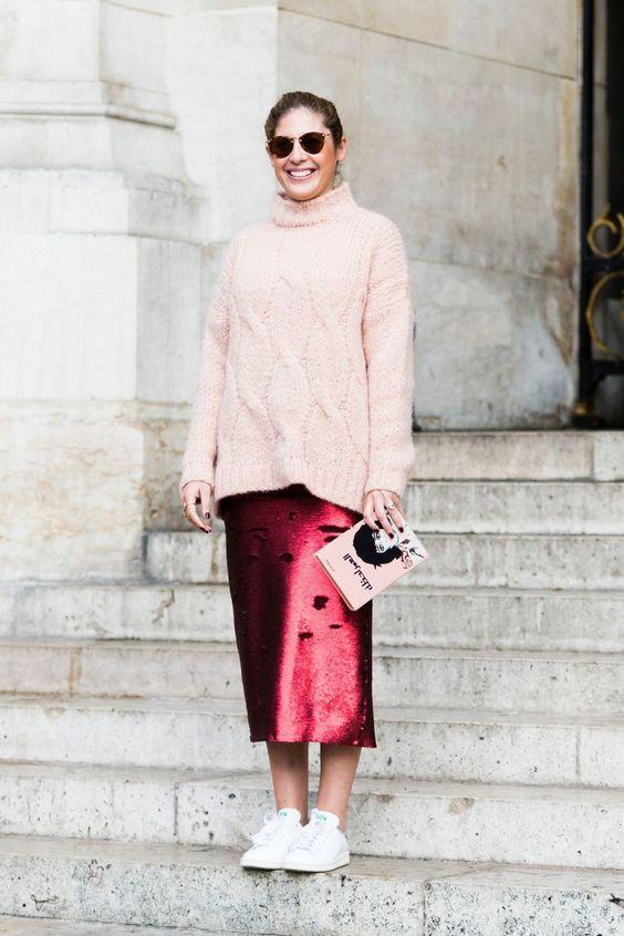светло-розовый вязаный свитер, рваная бордовая юбка-миди, белые кроссовки для нетипичного зимнего образа