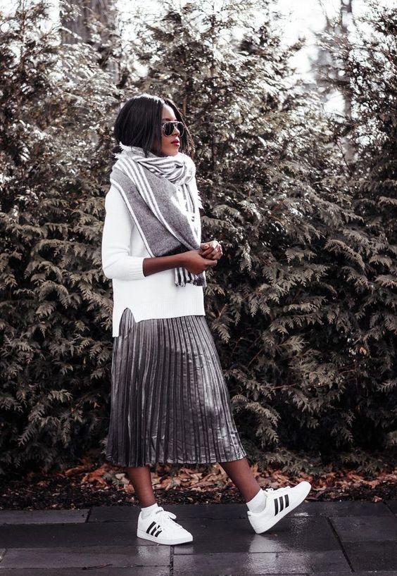 металлическая плиссированная юбка, белый свитер, большой серый шарф, белые кроссовки для удобного образа
