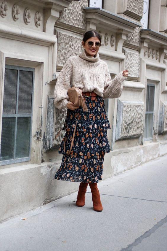 крупный нейтральный свитер из вязаного кабеля, капризная юбка-миди с цветочным принтом, ржавые ботинки и нейтральная сумка