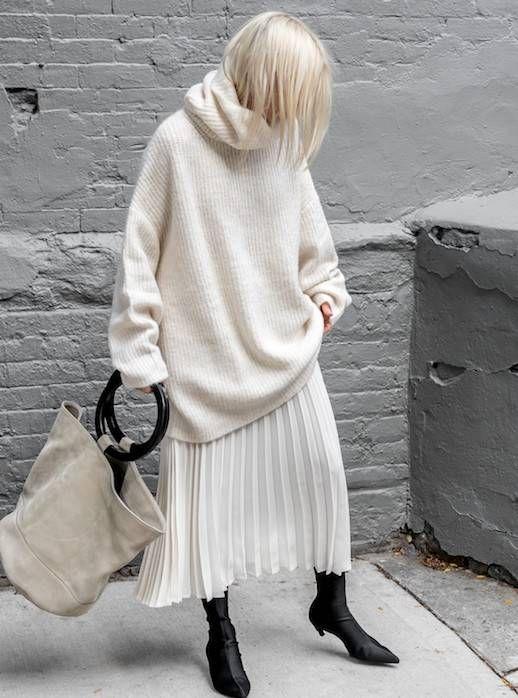кремовый свободный свитер, кремовая юбка-миди со складками, черные носки и нейтральная большая сумка