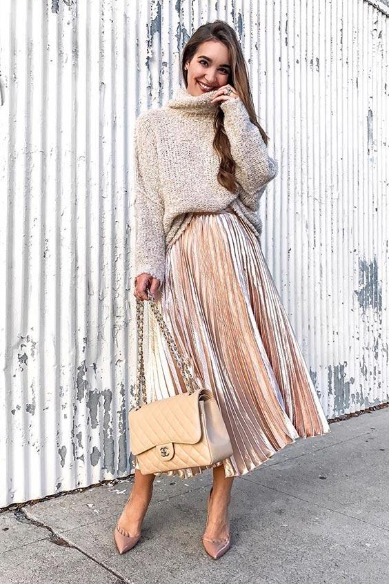 нейтральный свободный свитер, румяная юбка-миди со складками, румяные каблуки и нейтральная сумка