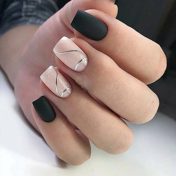 черный маникюр на квадратные ногти с бежевым и серебристыми линиями