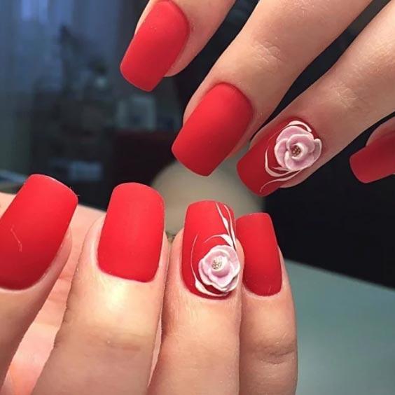 дизайн с белыми розами на красном фоне