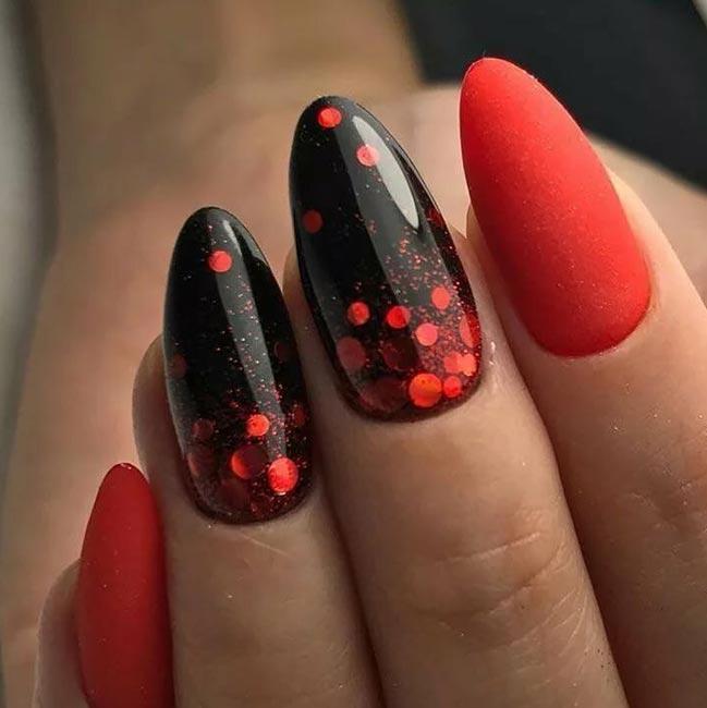 красный матовый маникюр в сочетании с черным и блестками