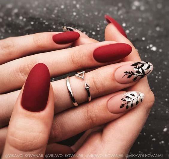 темно-красный лак на ногтях с растительным рисунком