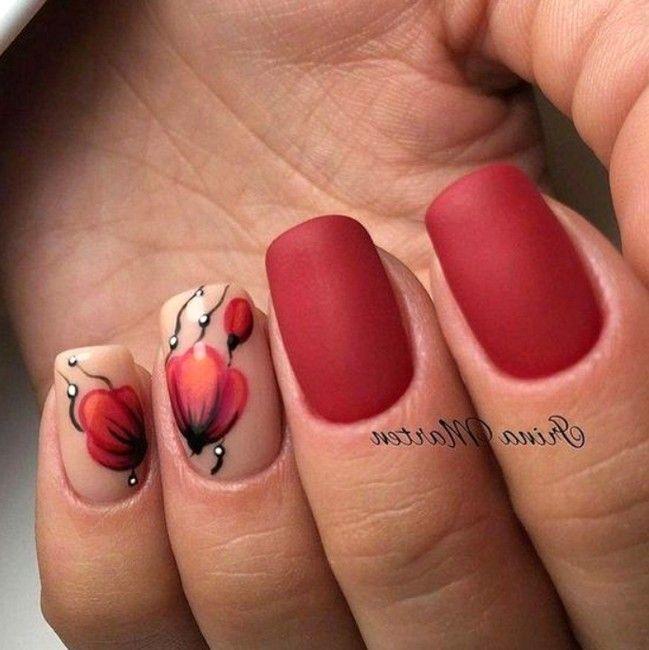 красный матовый маникюр с цветами