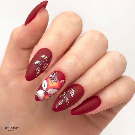 узор лисичка на красных ногтях