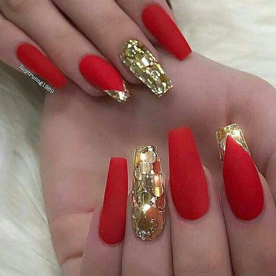 сочетание золотого и красного на маникюре