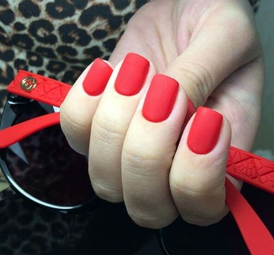 красный матовый лак на квадратных ногтях