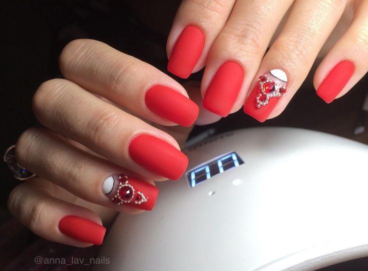 красивое оформление ногтей со стразами
