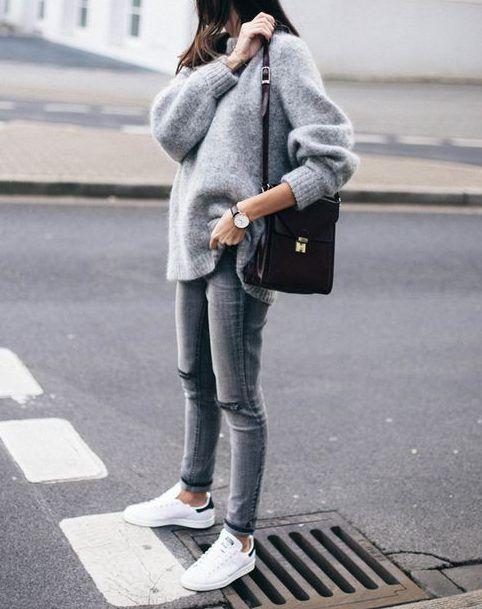 серый вид с огромным свитером, узкими брюками, белыми кроссовками и черной сумкой - добавь пальто и в путь
