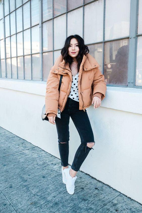 топ в горошек, черные рваные скинни, коричневая мягкая куртка, белые кроссовки и черная сумка для зимы