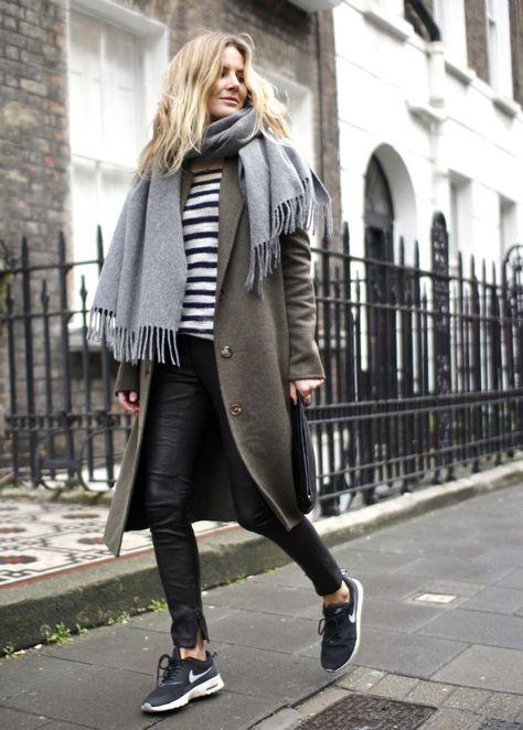 полосатый топ, черные кожаные штаны, черные кроссовки, оливково-зеленое пальто и серый шарф на каждый день