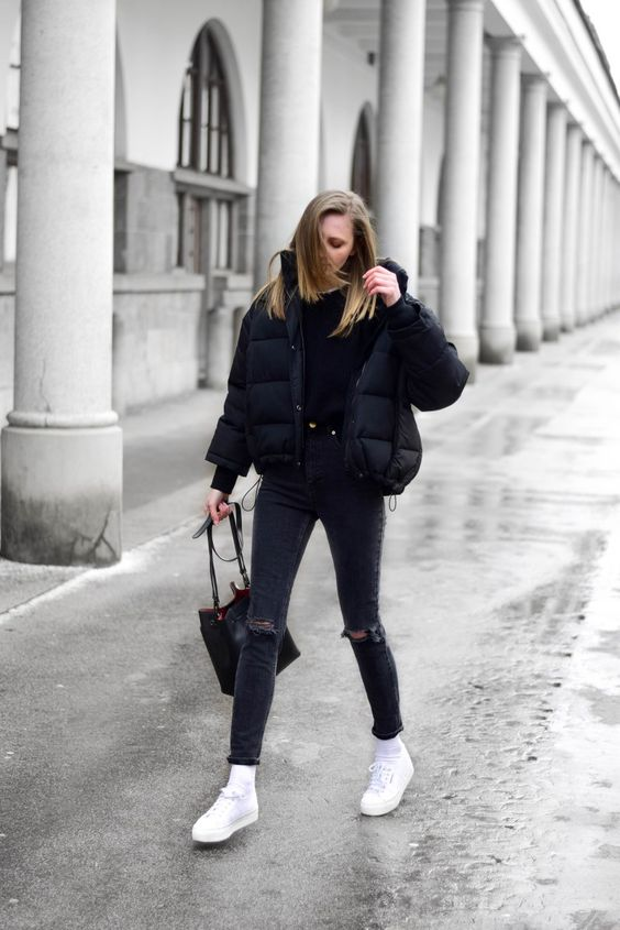 полностью черный вид с футболкой, рваными джинсами, укороченной курткой-пуховиком, белыми кроссовками и носками