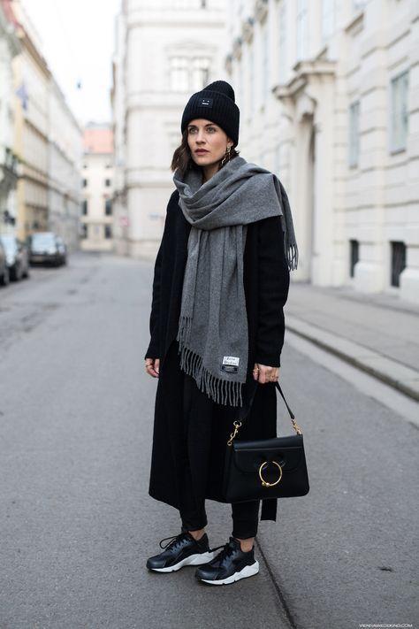 полностью черный вид с скинни, миди пальто, шапочка, кроссовки, сумка и большой серый шарф