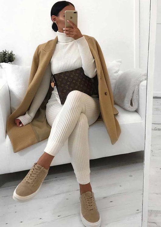белый вязаный костюм с брюками и водолазкой, верблюжье пальто и кроссовки для нейтрального зимнего образа